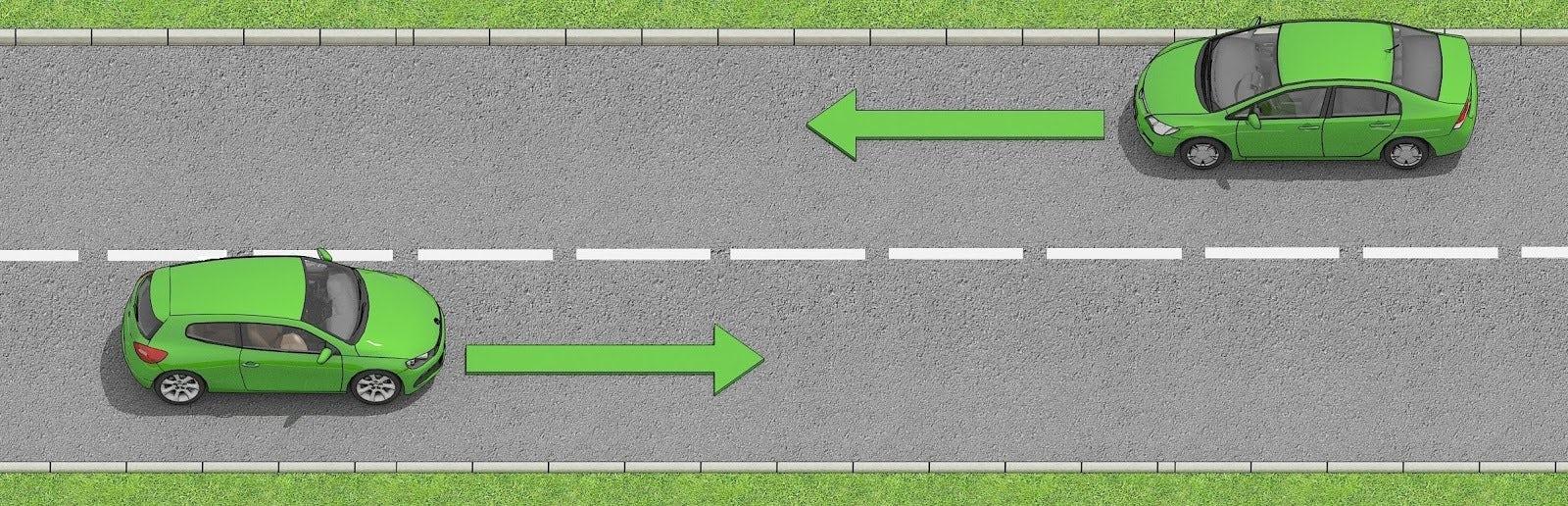 Två bilar som möts på väg där det är varningslinjer som delar vägen.