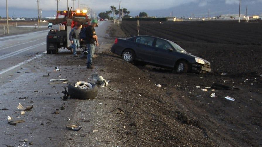 En olycksplats där en bil har kört av vägen.
