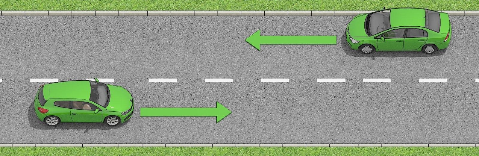 Två bilar möts på en väg där det är streckade mittlinjer.
