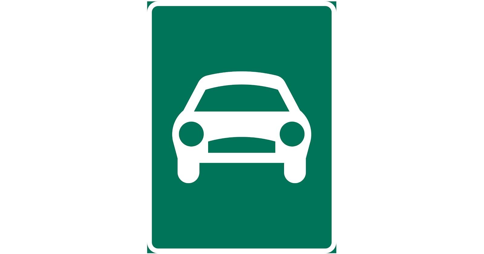 En grön skylt som visar att det vägen är en motortrafikled.
