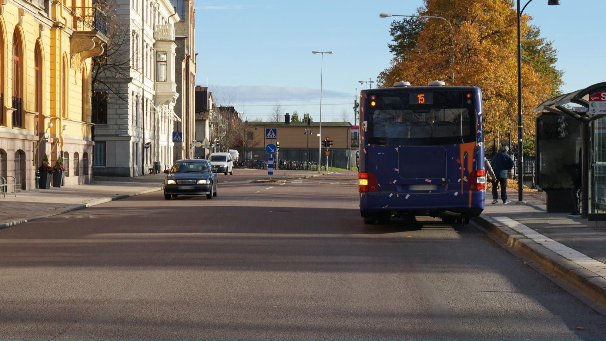 Buss som blinkar att den vill köra ut på vägen igen.