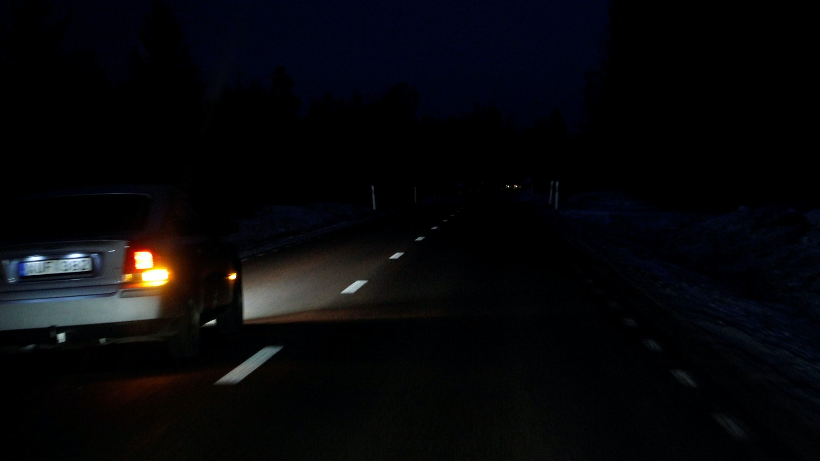 Bil som gör en omkörning på natten.