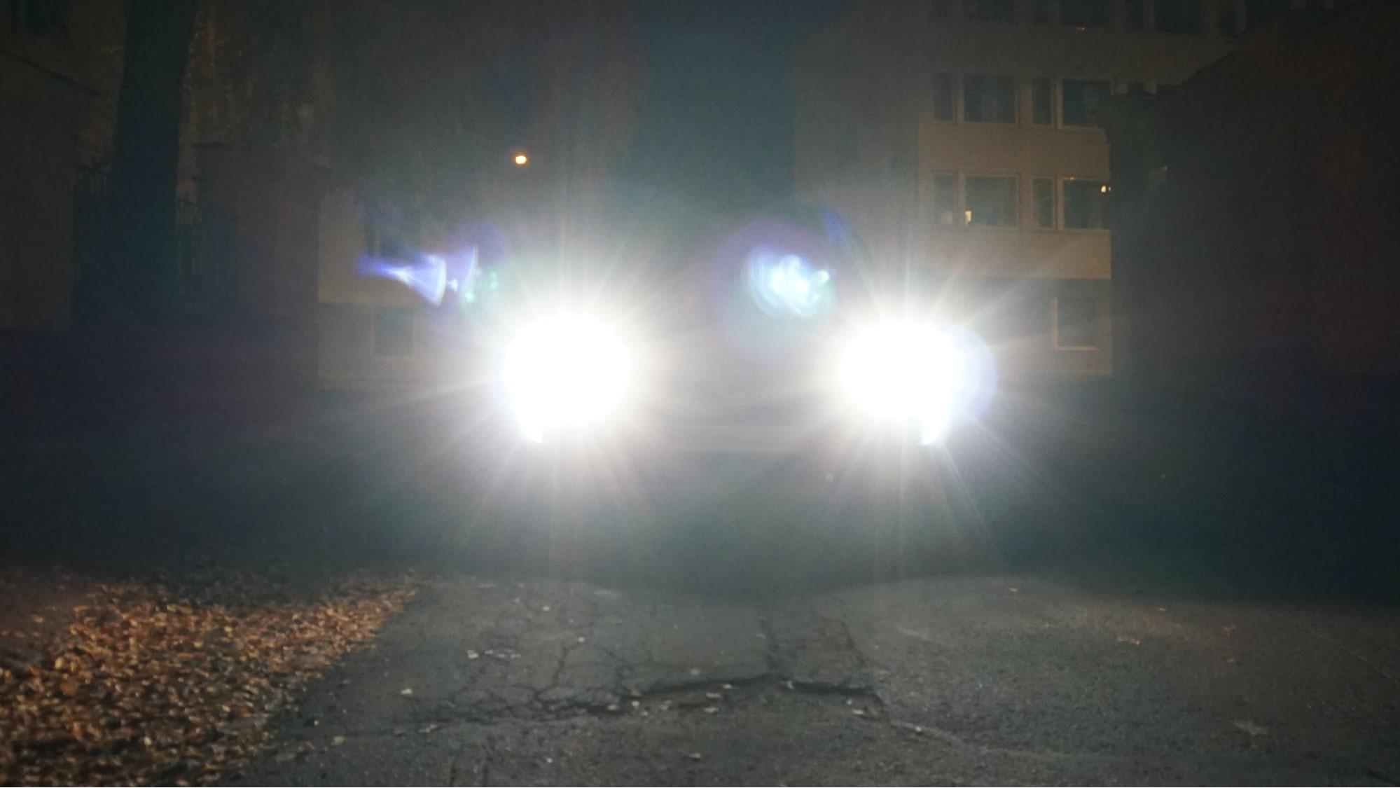 Bil som har helljuset påslaget