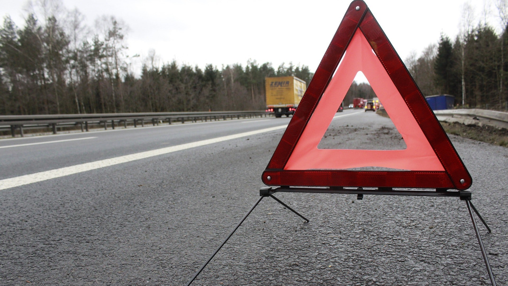 En varningstriangel som är utsatt i vägrenen på en motorväg.