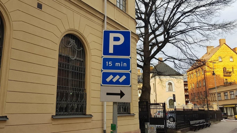 Parkeringsskylt med tidsangivelser