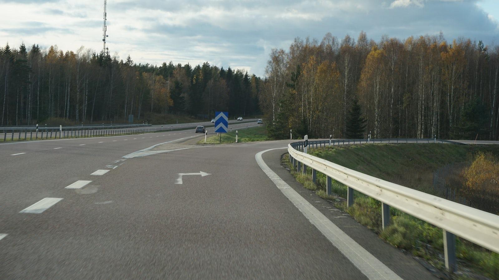 Avfart till höger från motorväg.