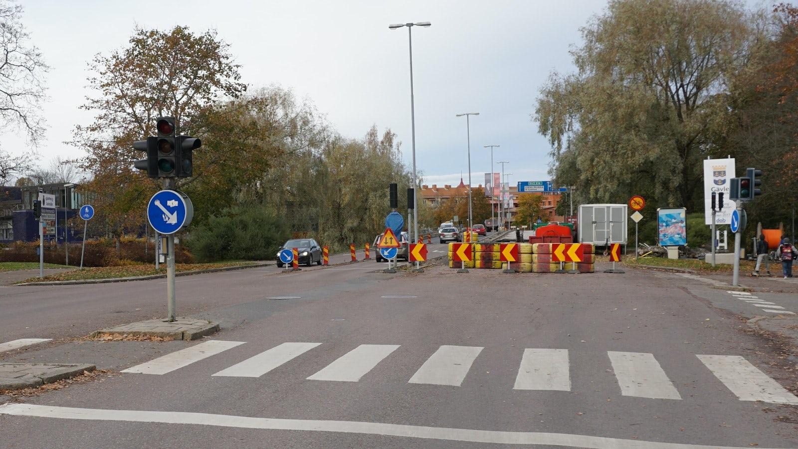 Ett spärrområde på höger sida av vägen.