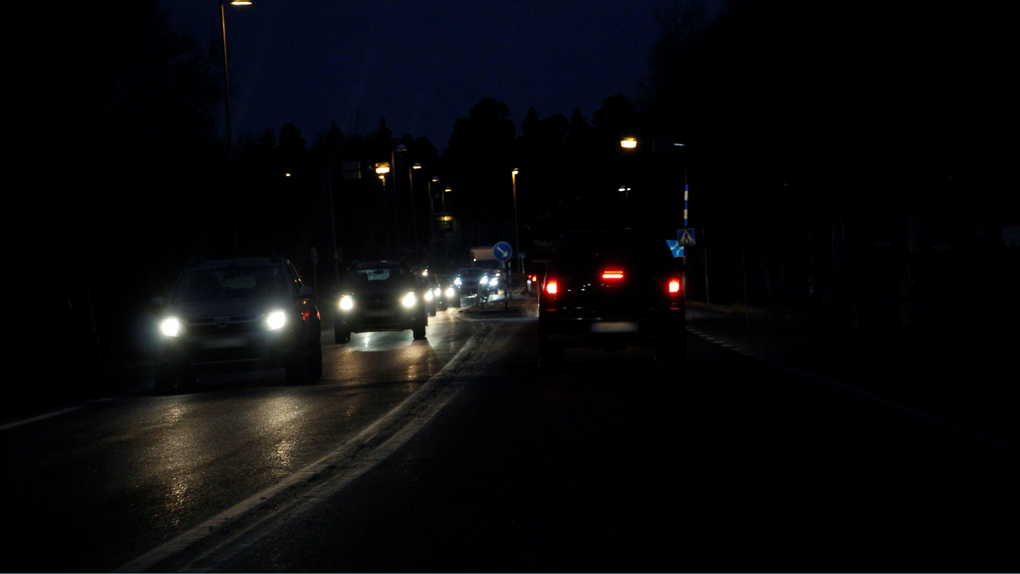 Mötande bilar under nattkörning