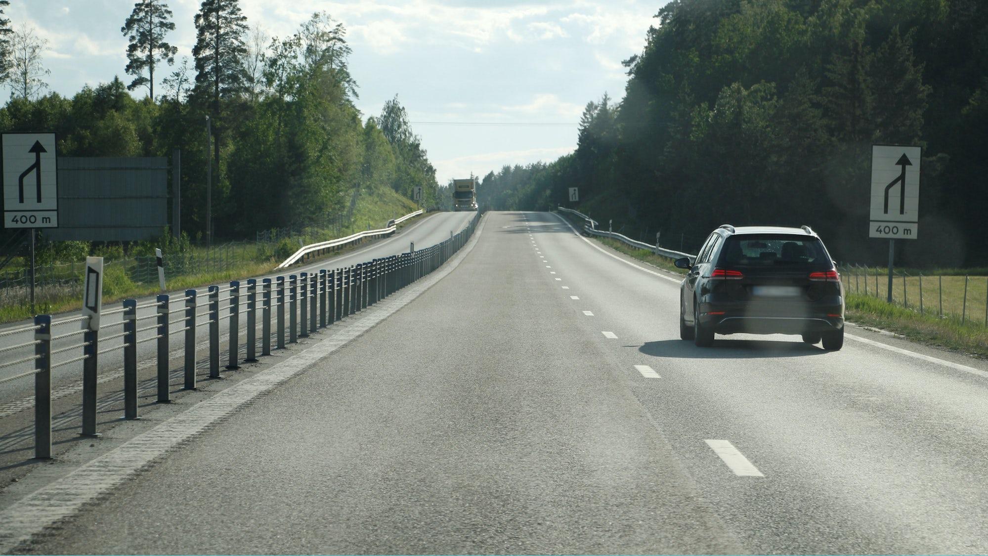 Bil som kör i höger körfält på en 2+1-väg.