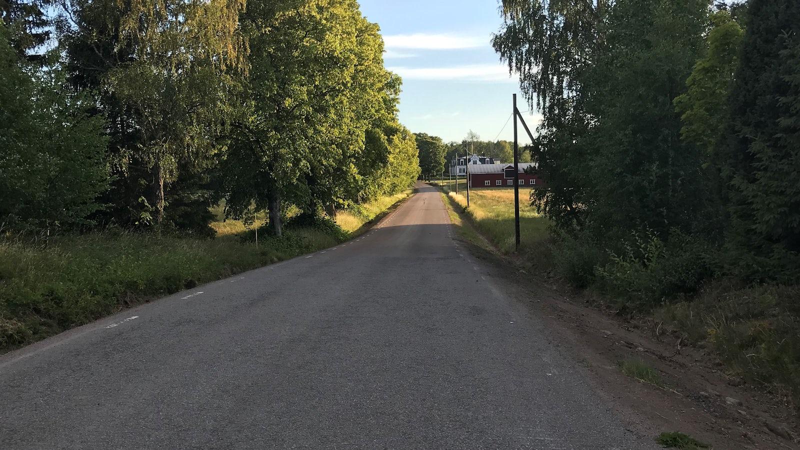 Landsväg utan trafik där hastighetsbegränsningen 70 km/h gäller.