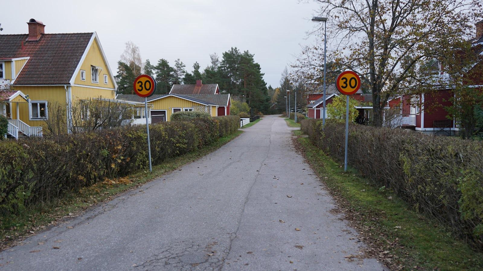 Väg i ett villaområde där hastighetsbegränsningen är 30 km/h och där högerregeln gäller.
