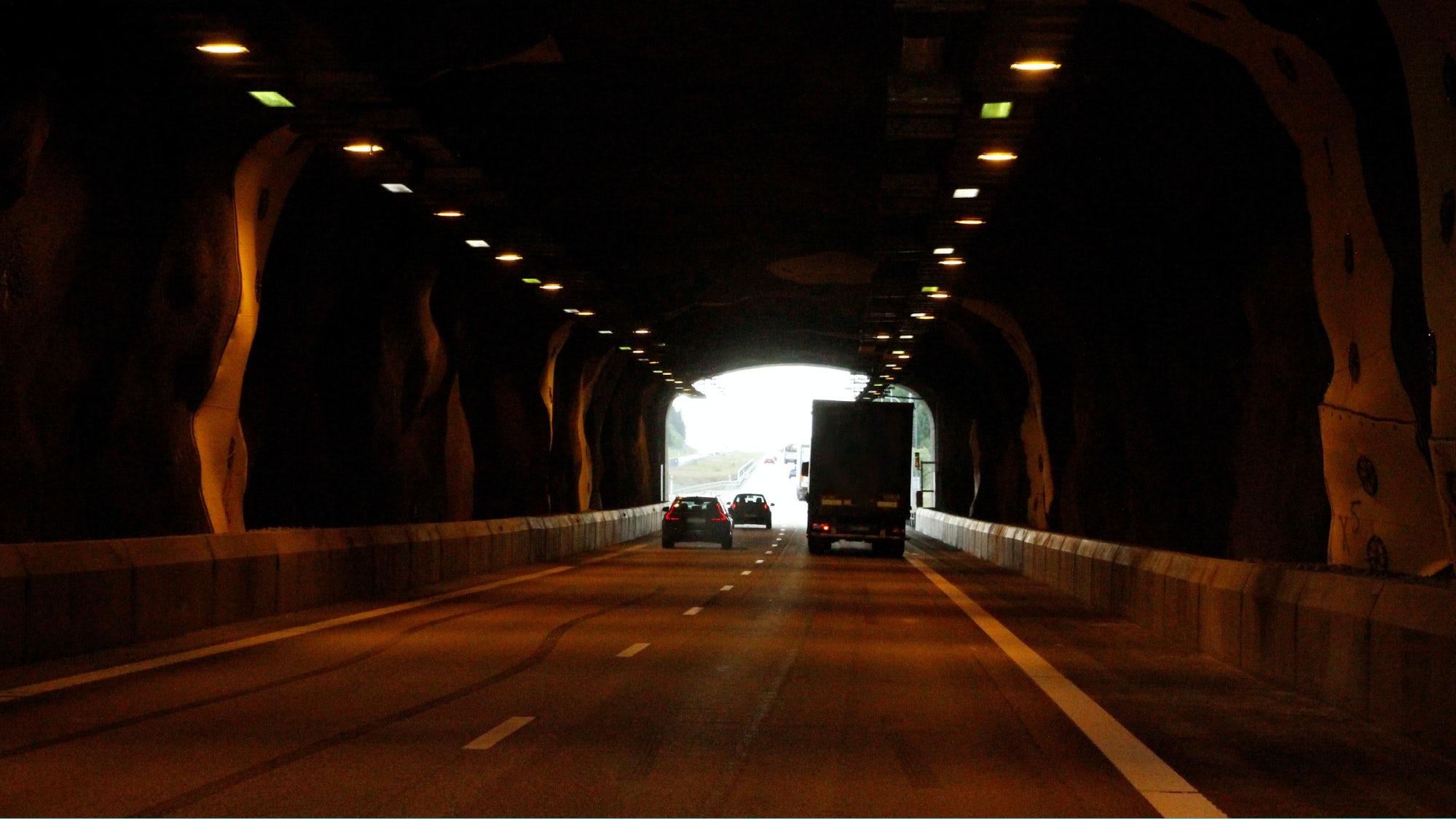 Bild på flera bilar som kör i en tunnel.
