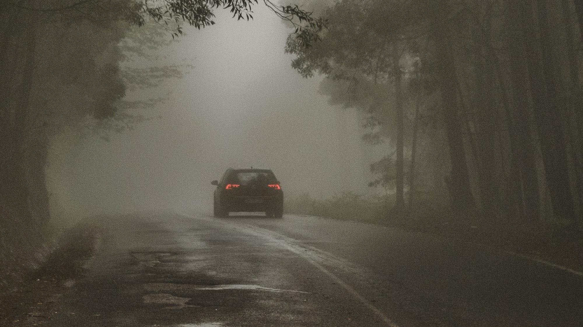 Bil som kör vid dimmigt väderförhållande.