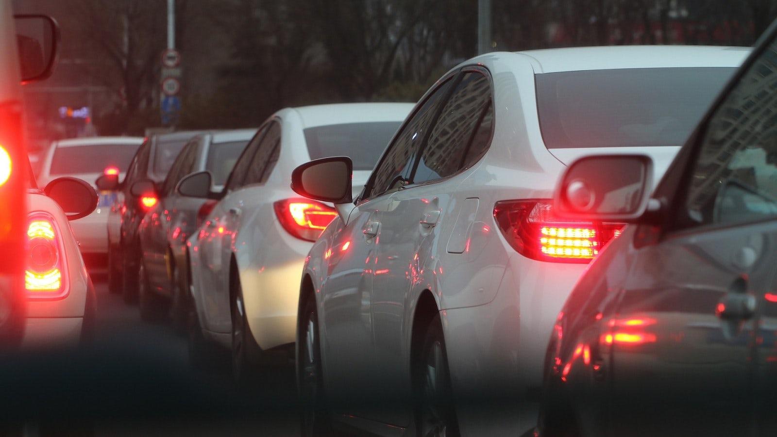 Bilar som står i kö och tomgångskör.