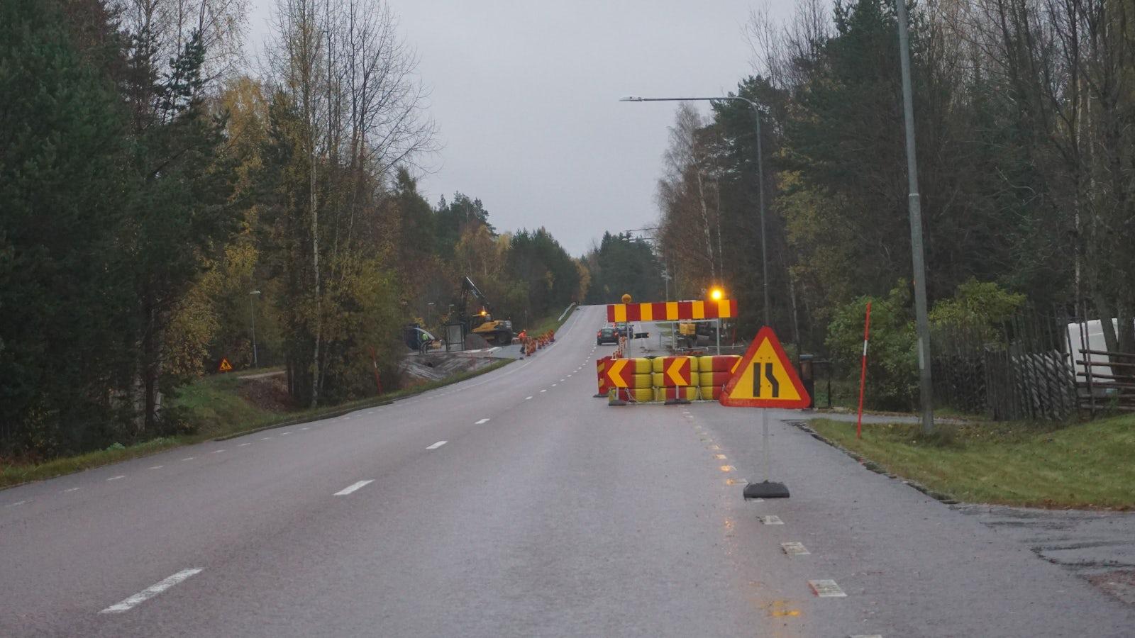 Vägarbete på höger sida av vägen.