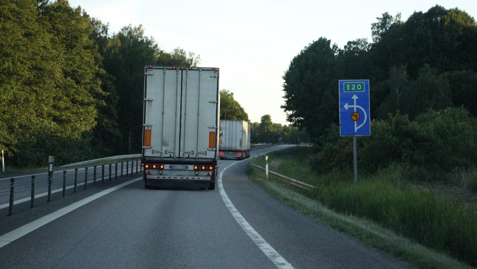 Lastbil närmar sig en spank kurva.