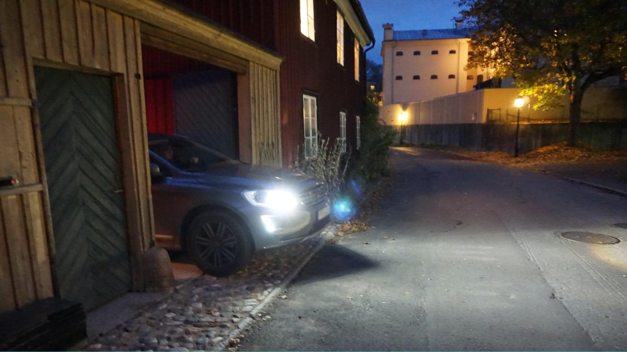 Bil kör ut från en fastighet där utfartsregeln gäller.